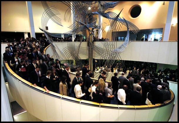 La escalera principal del PE en Bruselas llena de gente