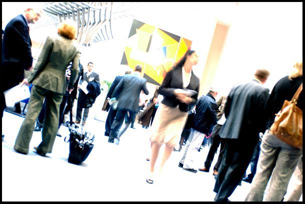 Varias personas en la entrada del hemiciclo del PE en Bruselas
