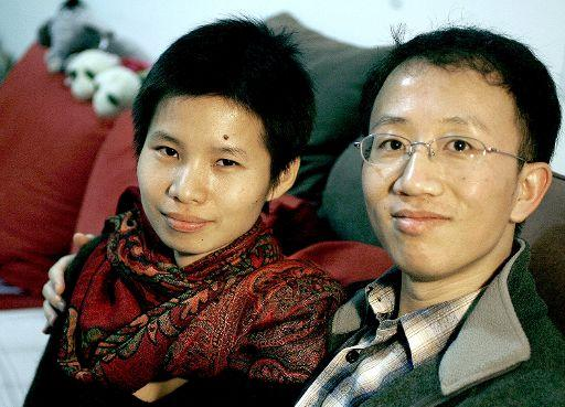 Photo dated 09 January 2007 shows prominent human rights activist Hu Jia and his wife Zeng Jinyan (L) as they pose for a photo at their apartment during an interview in Beijing. ©BELGA/AFP/Frederic J. BROWN