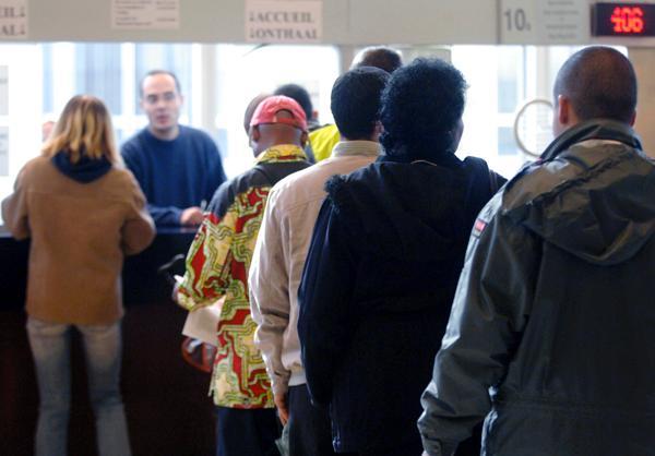 Varias personas hacen cola en una oficina de inmigración