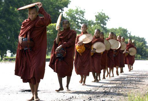 Monjes birmanos en fila piden por la salvación de las almas © Belga/AFP
