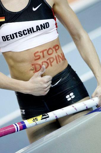 """Η Γερμανίδα αθλήτρια Anna Battke με την επιγραφή """"σταματήστε το ντόπινγκ""""στην κοιλιά της, τον Μάρτιο του 2008 ©BELGA/Hoch Zwei/Icon Sport"""