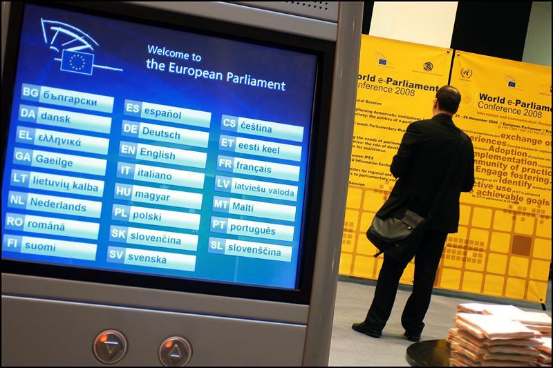 Una de las pantallas táctiles instaladas en el exterior del hemiciclo del PE en Bruselas