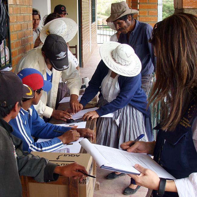 o femeie în timpul votului, în Bolivia