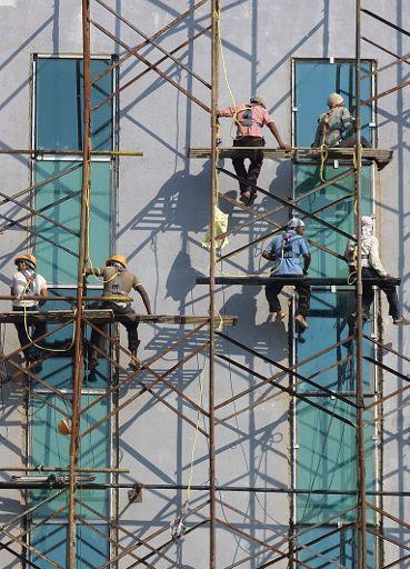 Περισσότερη ασφάλεια για τους εργάτες, τους ενοίκους και τους γείτονες ©EPA/DIVYAKANT SOLANKI