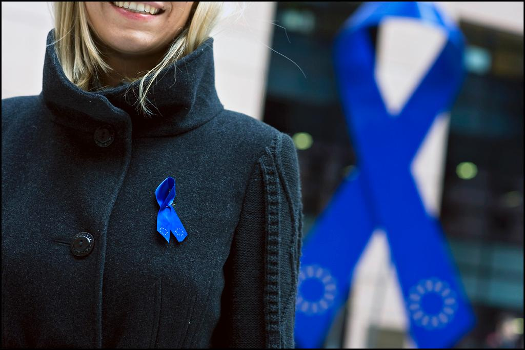 A giant blue ribbon have been placed at the main entrance of the EP in Strasbourg to mark the International Day Against Poverty (Photo: European Parliament)