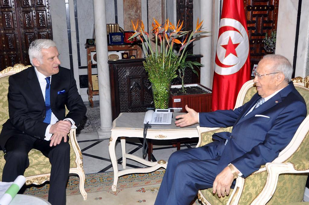 Ο πρόεδρος Buzek με τον Τυνήσιο πρωθυπουργό, Béji Caïd Essebsi, στην Τύνιδα