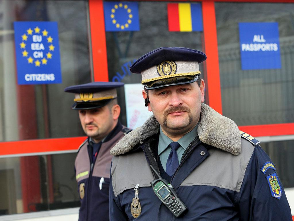 Polițiști la frontiera română ©BELGA/EPA/R.Ghement