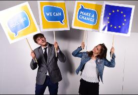 Strasburgo, EYE 2016 - Ragazzi con cartelli Together we can make a change - © European Union 2016 - European Parliament