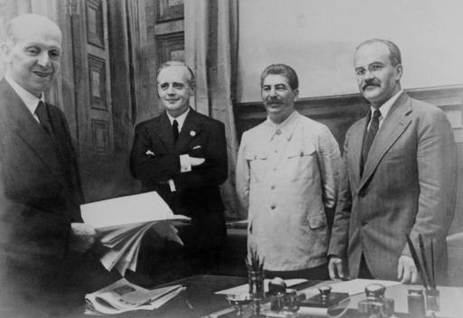 From left: F.Gaus from Germany, Joachim Ribbentrop, German Foreign Minister, Joseph Staline, Soviet head of state and his Foreign Minister Vyacheslav Molotov 23 August 1939 in Kremlin after signing the Non-Aggression Pact. ©BELGA/AFP