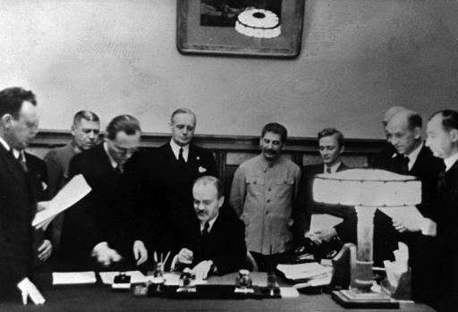 Joachim Von Ribbentrop, Joseph Stalin and others at the signing of the Molotov-Ribbentrop non-aggression pact 23/08/1939 © Belga