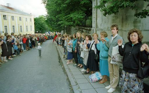 Baltic people unite across 600 km to denounce the Hitler-Stalin pact on its 50th anniversary, August '89. ©Belga/AFP/A.Solovyov