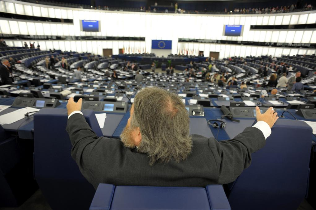 As MEPs assemble on Tuesday, a Member surveys the Chamber. Mimi Mollica