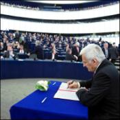 EP President Jerzy Buzek signs the approved 2010 budget for the European Union. 17 December 2009