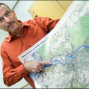 Europaparlamentarikern Norbert Glante visar systemet för GMES.