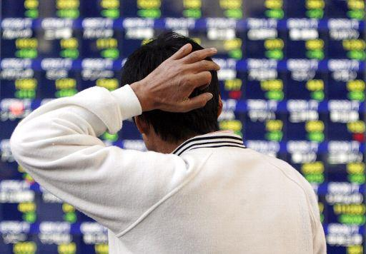 A man looks worried as the stock market crumbles. ©BELGA/EPA/DAI KUROKAWA