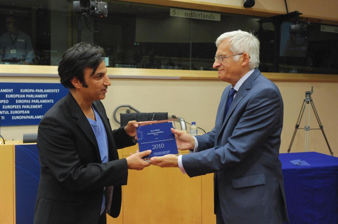 Nuri Kino tar emot Europaparlamentets journalistpris 2010 av talman Jerzy Buzek. © Europaparlamentet - Audiovisuella enheten