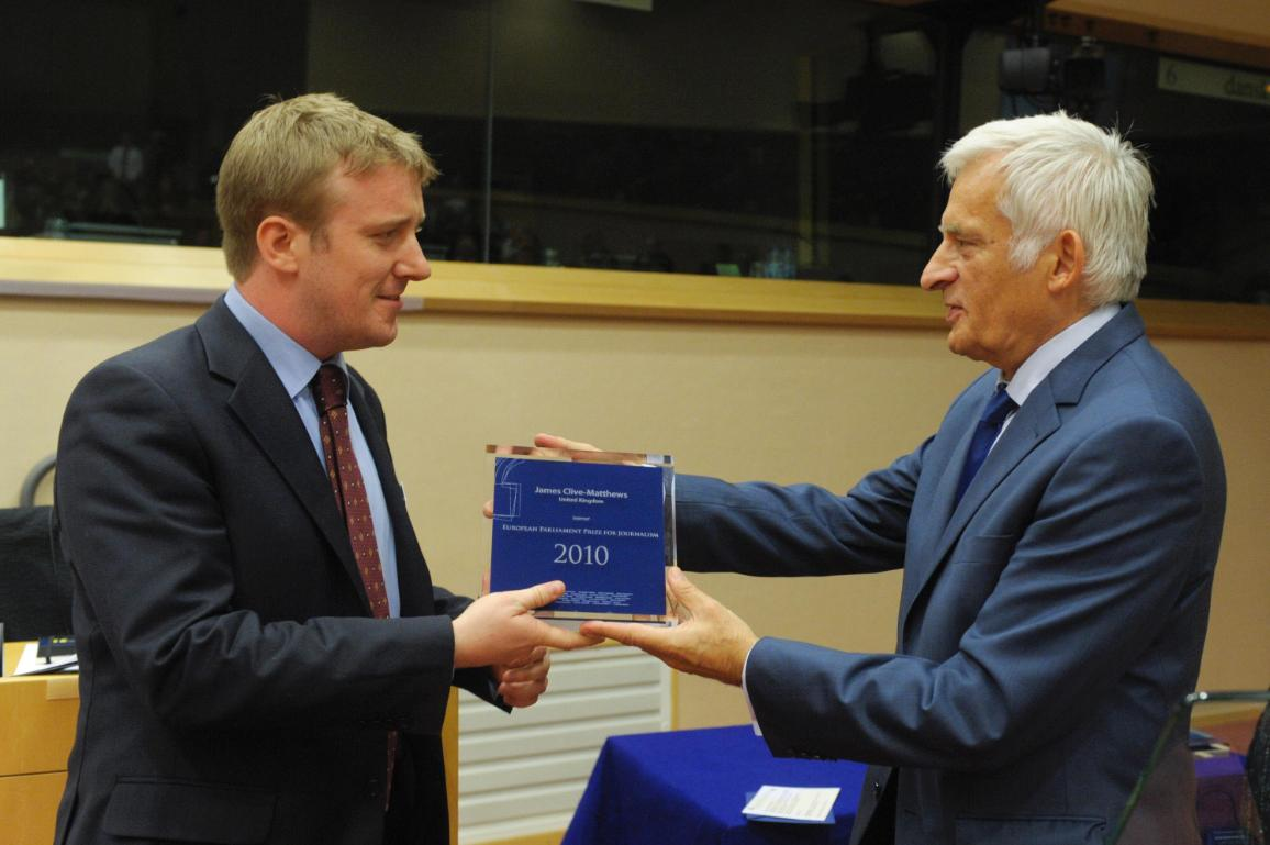 James Clive-Matthews premiato dal presidente Jerzy Buzek