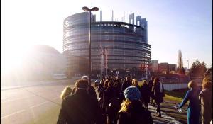 Deputaţi europeni și funcționari pe drum spre serviciu într-o dimineață rece în Strasbourg, 15 februarie.