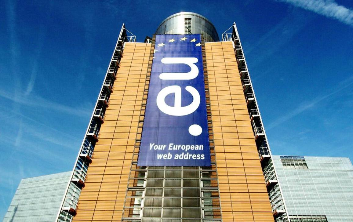 Eu domain banner on the Berlaymont building of the European Commission on 1st of December 2005 © European Union, 2011
