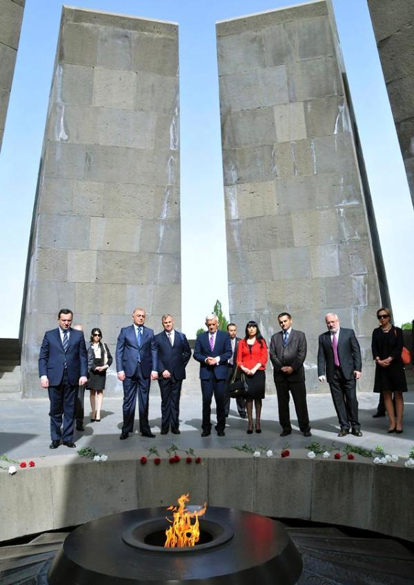 Jerzy Buzek devant le mémorial des victimes du génocide arménien.