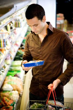Man reading the label on food packaging in a supermarket ©BELGA/ILOVEIMAGES