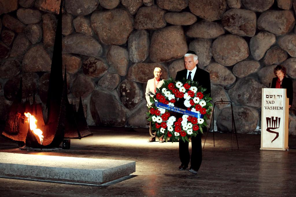 Buzek at the Yad Vashem memorial ©European Union 2011 PE-EP/AFP/GALI TIBBON