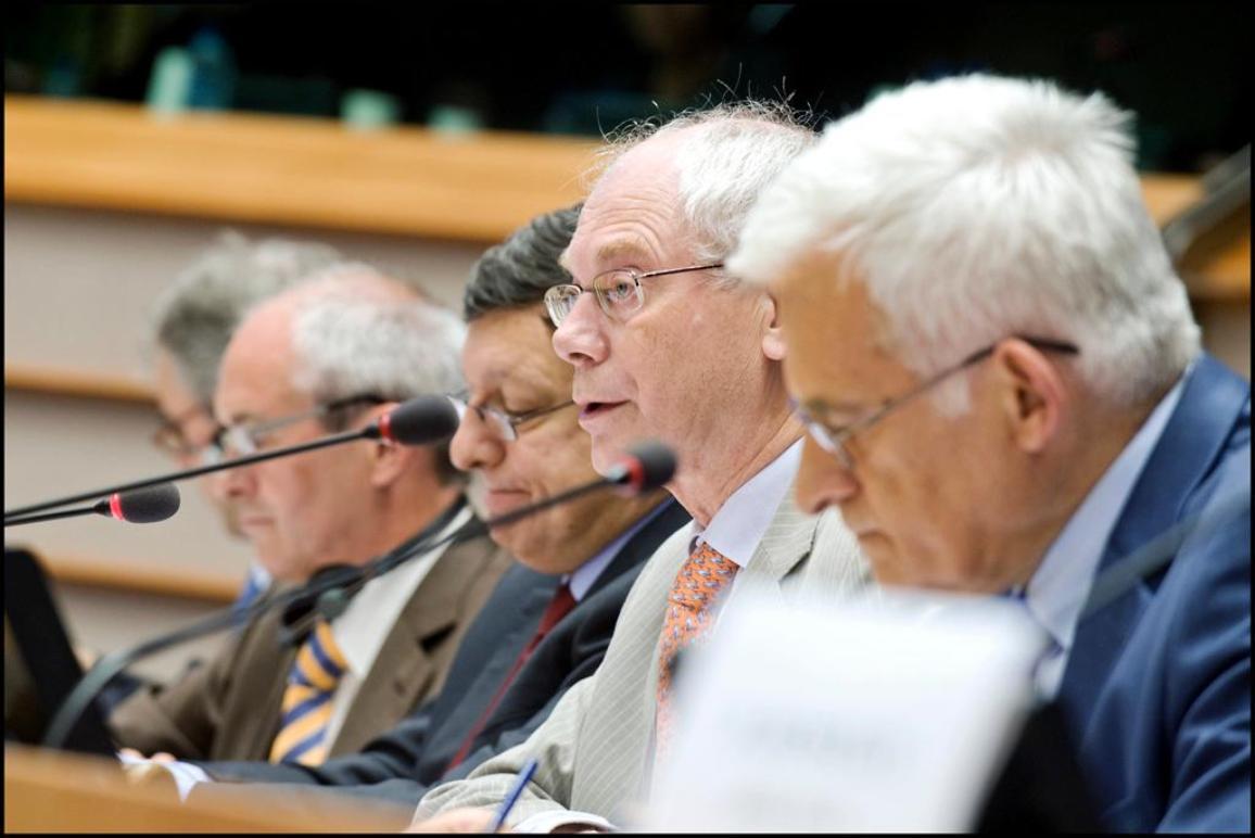 Le Président du Parlement Jerzy Buzek au premier plan, aux côtés d'Herman Van Rompuy et de José Manuel Barroso.