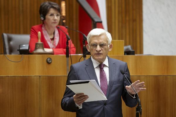 Buzek spricht im Hauptausschuss des Nationalrats