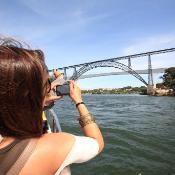 Turist fotograferar Dom Luís-bron i Porto©BELGA/Belpress