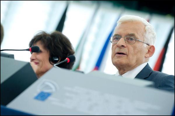 J. Buzekas pradeda EP plenarinį posėdį