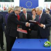 """EP President Jerzy Buzek and Wiesław Szczuka, Polish Under-Secretary of State for Finance, signed the """"six pack"""" law on 16 November in Strasbourg"""