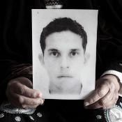 Mohamed Bouazizi's mother showing his photo ©BELGA/MAXPPP/P.dePoulpiquet