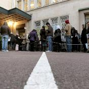 Queue of immigrants and foreign workers in Caen, France. ©Belga/AFP