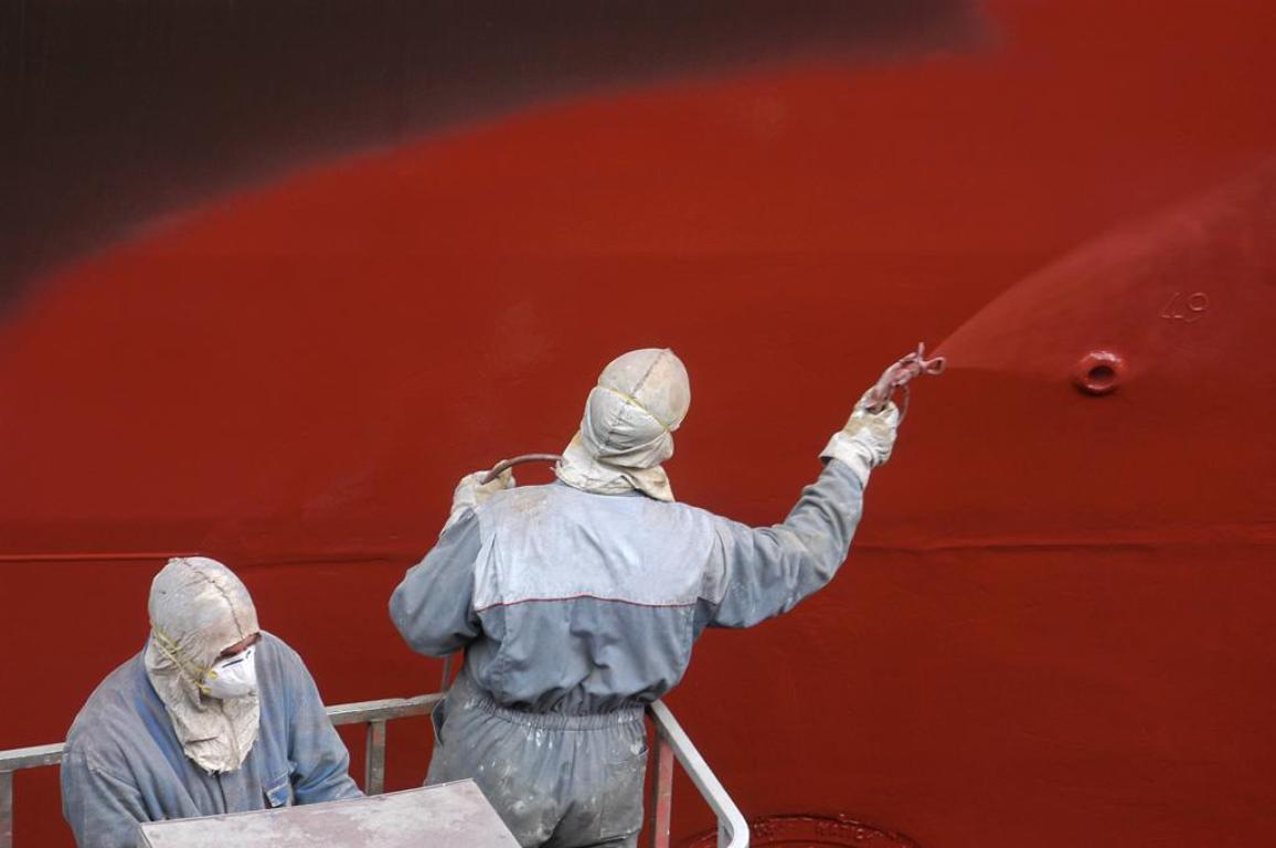 Painting the side of a ship ©BELGA_PHOTONONSTOP