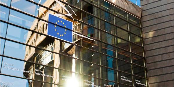 El sol se refleja en la fachada de la Eurocámara