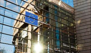 Fensterfront des Europaparlaments in Brüssel
