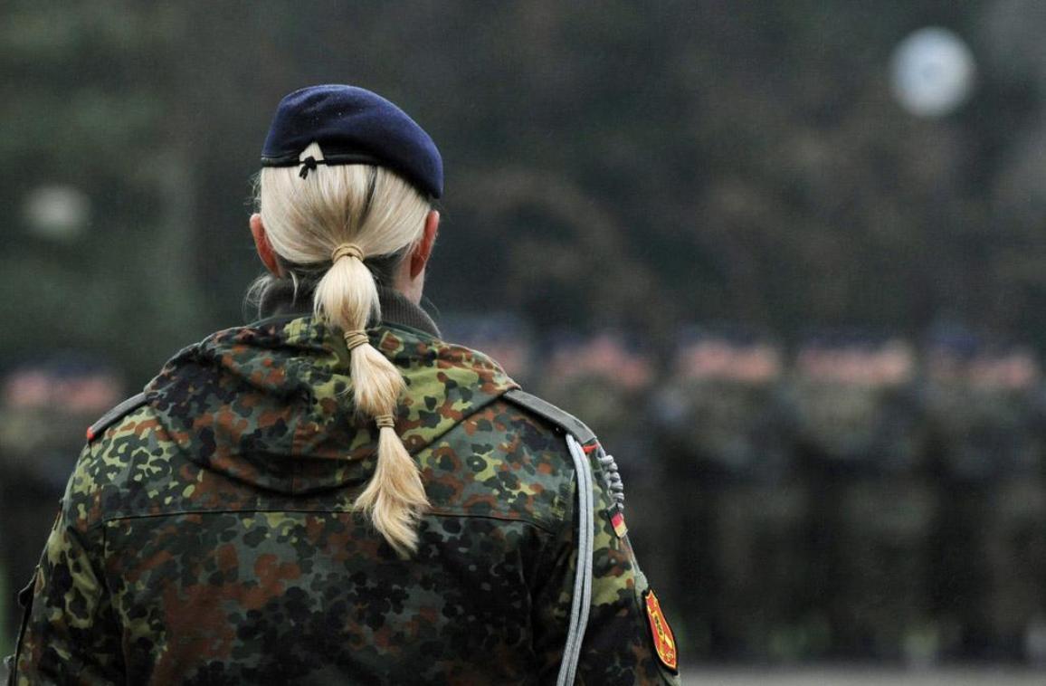 Woman solider ©DPA/M.Gambarini