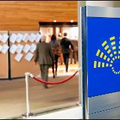 I deputati entrano nell'emiciclo durante la sessione plenaria di febbraio a Strasburgo.