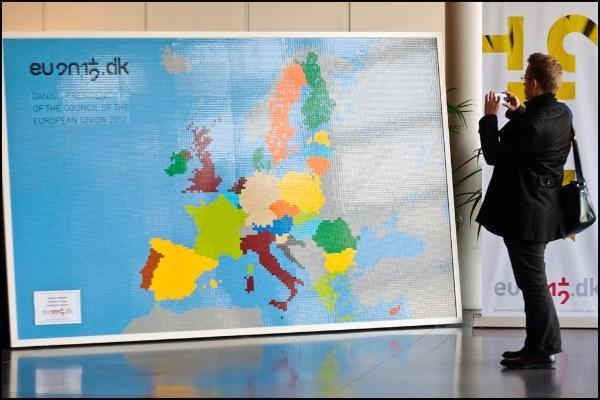 Man bekijkt kaart Europa