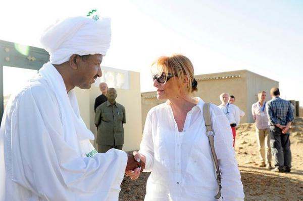 La eurodiputada belga Veronique de Keyser, jefa de la misión de observadores de la UE, junto con Mustafa Osman Ismail, candidato a la Asamblea Nacional, en el norte de Sudán.