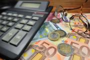 Calculator and euro banknotes ©BELGA_BELPRESS
