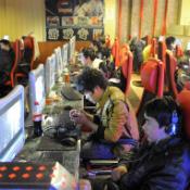 Aziatische tieners in internetcafé