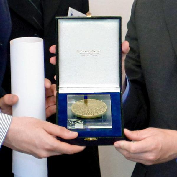 Une médaille d'honneur.