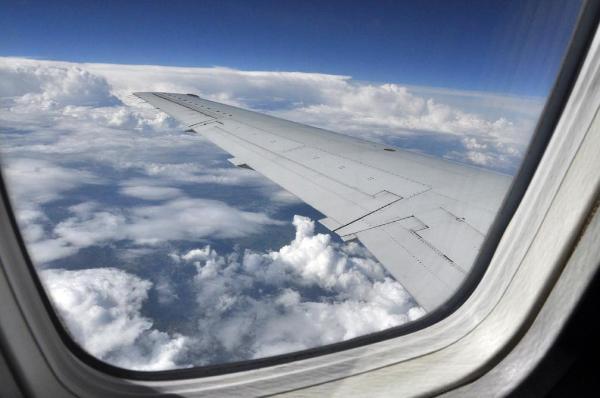 Imagen de las nubes vistas desde la ventanilla de un avión en vuelo