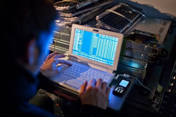 Poslanci menijo, da bi morala Evropska komisijo sprožiti kampanjo osveščanja o kibernetski varnosti, države EU pa bi morale svojo pripravljenost na kibernetske napada preverjati na vseevropskih simulacijah.   ©Belga/Keystone