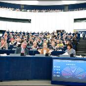 Eurodiputados aplauden tras la votación