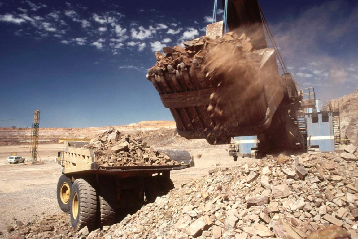 Large digger loading rock and ore on to a truck in an open cast diamond mine. Botswana Africa. © BELGA/AFRICAN PICTURES/K.Duthie