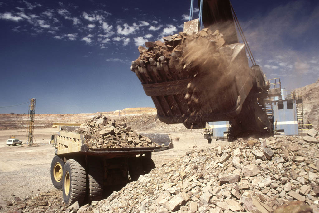 Large digger loading rock and ore on to a truck in an open cast diamond mine. Botswana Africa.© BELGA/AFRICAN PICTURES/K.Duthie