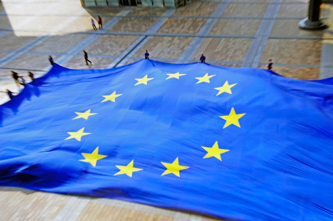 Eine riesige EU-Flagge wird vor dem Europäischen Parlament in Brüssel ausgerollt